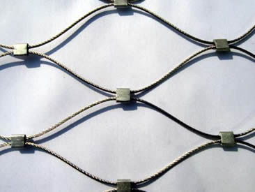 A section of rope mesh made of thin rope with seven ferrules.